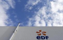 EDF (-1,28%) accuse la plus forte baisse du CAC 40 vers 12h10. Des investisseurs s'interrogent sur l'offre d'un peu plus de deux milliards d'euros pour l'activité de réacteurs d'Areva  (-1,93%) évoquée par le journal Les Echos vendredi soir alors que le montant attendu était nettement plus élevé. /Photo d'archives/REUTERS/Vincent Kessler