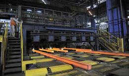 Unas barras de acero en una acería en Concepción, Chile, dic 9 2014. La producción manufacturera de Chile habría retrocedido un 0,9 por ciento en abril, afectada por un desempeño más lento del sector de la construcción, mostró el martes un sondeo de Reuters. REUTERS/Jose Luis Saavedra