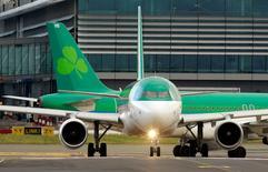 L'Etat irlandais a convenu de vendre à IAG, propriétaire d'Iberia et de British Airways, sa participation de 25% dans Aer Lingus. Immédiatement après, IAG a annoncé avoir conclu un accord avec Aer Lingus sur son offre recommandée de 1,36 milliard d'euros faite en janvier dernier. /Photo d'archives/REUTERS/Cathal McNaughton