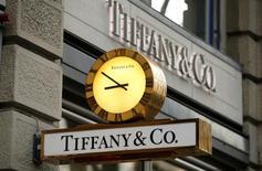Tiffany & Co. au rang des valeurs à suivre à Wall Street. Le joaillier a subi une contraction de 5% de son chiffre d'affaires sur son premier trimestre clos le 30 avril, sous le coup du dollar fort, mais ses résultats sont néanmoins meilleurs que prévu et il a confirmé ses prévisions pour l'ensemble de l'exercice. /Photo d'archives/REUTERS/Arnd Wiegmann