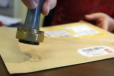 Работник почтового отделения во французском городе Марго ставит штамп на письмо. 27 ноября 2008 года. Правительство Армении намерено продать национальное ЗАО Айпост (Армпочта) для привлечения инвестиций и приняло решение включить компанию в программу приватизации госимущества. REUTERS/Regis Duvignau