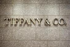Логотип Tiffany & Co. на магазине в Денвере. 19 марта 2015 года. Квартальные результаты ювелирной компании Tiffany & Co превысили ожидания за счет высокого спроса на коллекцию Tiffany T и роста продаж в Европе, Северной и Латинской Америке. REUTERS/Rick Wilking
