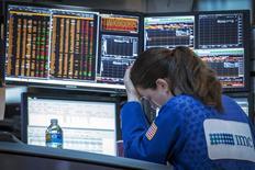 Una operadora en la bolsa de Wall Street en Nueva York, mayo 26 2015. Las acciones subían el miércoles en la Bolsa de Nueva York, repuntando con fuerza tras anotar su mayor caída en tres semanas en la sesión previa, debido a la debilidad del dólar ante reportes de que Grecia evitaría una cesación de pagos. REUTERS/Brendan McDermid
