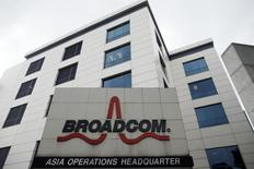 Le fabricant américain de semi-conducteurs Broadcom est en négociations avancées en vue d'un rachat par son compatriote Avago Technologies, selon le Wall Street Journal, qui indique que les conditions et le calendrier d'une éventuelle opération restent incertains. La capitalisation boursière de Broadcom est de 28 milliards de dollars (25,71 milliards d'euros). /Photo d'archives/REUTERS/Edgar Su