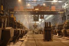 Вид на цех Красноярского алюминиевого завода 11 сентября 2007 года. Международное рейтинговое агентство Moody's прогнозирует сокращение экономики России на 3,0 процента в текущем году и нулевой рост в 2016 году, говорится в отчете Moody's (http://bit.ly/1LJDdPJ). REUTERS/Ilya Naymushin