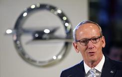 Le président du directoire d'Opel Karl-Thomas Neumann écarte l'idée d'un rapprochement avec Fiat Chrysler, tout en soulignant la nécessité d'augmenter les volumes, de faire des économies d'échelle et d'optimiser l'utilisation des capacités à la fois dans l'ensemble du secteur et au sein de la marque allemande. /Photo d'archives/REUTERS/Fabrizio Bensch