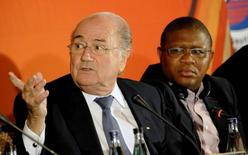 FIFA president Sepp Blatter (L) gestures next to South Africa's Sports Minister Fikile Mbalula during a media briefing in Johannesburg May 21, 2011.   REUTERS/Stringer