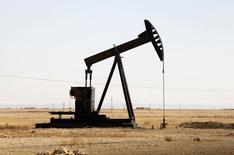 Una unidad de bombeo de crudo operando en Raqqa, Siria, 12 de septiembre de 2013. El auge petrolero en América del Norte está demostrando ser resistente a pesar de los bajos precios del crudo, dijo la OPEP en su reporte más extenso y detallado de este año, lo que sugiere que la superabundancia mundial podría persistir durante otros dos años. REUTERS/Molhem Barakat
