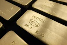 Слитки золота на заводе Красцветмет в Красноярске 27 февраля 2014 года. Золотовалютные резервы РФ к 22 мая понизились до $360,5 миллиарда с $362,3 миллиарда неделей ранее, сообщил Центробанк. REUTERS/Ilya Naymushin