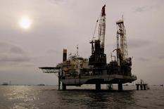 Foto de archivo de una instalación petrolera en el lago Maracaibo, en Venezuela, 5 de noviembre de 2007. El petróleo de Venezuela podría ayudar a cubrir la demanda en Estados Unidos y Canadá si la producción de crudo de esquisto cae en esos mercados, dijo el jueves Rosneft, el mayor productor petrolero de Rusia. REUTERS/Isaac Urrutia