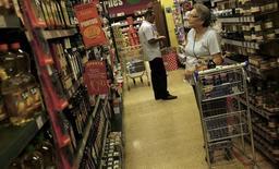 Un consumidor mira los precios en un supermercado en Sao Paulo. Imagen de archivo, 10 enero, 2014. La economía de Brasil se contrajo un 0,2 por ciento en el primer trimestre frente a los tres meses previos, dijo el viernes el estatal Instituto Brasileño de Geografía y Estadística (IBGE). REUTERS/Nacho Doce