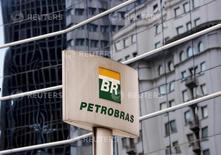 Foto de archivo del logo de Petrobras en las oficinas de la empresa en Sao Paulo. Abril 23, 2015. La petrolera estatal brasileña Petrobras está considerando vender algunos de sus activos en el Golfo de México como parte de un plan para apuntalar sus finanzas, reportó el domingo el diario local Folha de Sao Paulo. REUTERS/Paulo Whitaker