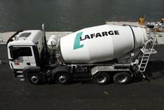 Lafarge et Holcim ont lancé lundi l'offre publique d'échange prélude à leur fusion prévue pour être finalisée en juillet pour afin de donner naissance au numéro un mondial du ciment. /Photo prise le 28 avril 2015/REUTERS/Benoît Tessier
