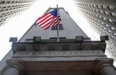 Wall Street a ouvert lundi en hausse, dans l'attente de la publication des indices manufacturiers PMI et ISM. Quelques minutes après le début des échanges, le Dow Jones gagne 0,49%, à 18.099,46 points. Le Standard & Poor's 500 progresse de 0,39% et le Nasdaq prend 0,56%. /Photo d'archives/REUTERS/Chip East