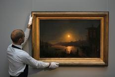 """Funcionário da Sotheby's com quadro de Ivan Aivazovsky """"Evening in Cairo"""" em Londres. 27/11/2012 REUTERS/Stefan Wermuth"""