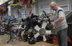 Un trabajador ensambla el motor a una camioneta, en la planta Warren Truck Assembly, en Warren, Michigan,  25 de septiembre de 2014. Los nuevos pedidos de bienes de fábricas de Estados Unidos bajaron imprevistamente en abril dado que la demanda de equipos de transporte y otros productos se debilitó, sugiriendo que las manufacturas siguieron contenidas por el dólar fuerte y los recortes de gastos en el sector energético. REUTERS/Rebecca Cook