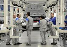 Trabajadores de Volkswagen frente a un auto Porsche modelo Boxter, en una línea de producción en la planta de Volkswagen en Osnabrück, Alemania, 19 de septiembre de 2012.  La tasa de desempleo en Alemania se mantuvo en un mínimo histórico de un 6,4 por ciento en mayo, mostraron datos el martes. REUTERS/Fabian Bimmer