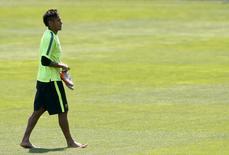 Neymar deixa campo após treino no Barcelona. 2/6/2015.   REUTERS/Albert Gea