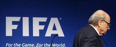 Президент ФИФА Зепп Блаттер после заявления об отставке на пресс-конференции в Цюрихе 2 июня 2015 года. Зепп Блаттер потряс футбольный мир во вторник, объявив об уходе в отставку с поста главы ФИФА на волне расследования коррупции, коснувшегося и самого 79-летнего швейцарца. REUTERS/Ruben Sprich