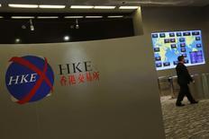 Мужчина в офисе Гонконгской биржи 5 марта 2015 года. Азиатские фондовые рынки, кроме Гонконга, снизились в среду за счет локальных новостей. REUTERS/Bobby Yip