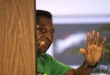 Pelé acena antes de entrevista coletiva em Havana. 01/06/2015 REUTERS/Enrique de la Osa