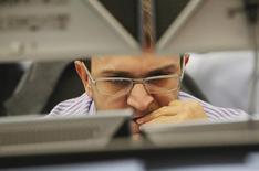 Трейдер в торговом зале инвестбанка Ренессанс Капитал в Москве 26 сентября 2011 года. Российские фондовые индексы резко снизились во второй половине торгов, сведя на нет вчерашний рост, на фоне возобновления боёв на востоке Украины. REUTERS/Denis Sinyakov