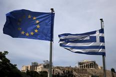 Una bandera de la Unión Europea junto a una bandera de Grecia, con el Partenón en el fondo, en Atenas, 1 de junio de 2015. Grecia amenazó el miércoles con incumplir un pago al FMI que vence esta semana, abriendo el camino para una posible moratoria de deuda, mientras se espera que los acreedores de la zona euro presenten una última propuesta de ayuda a Atenas a cambio de reformas económicas. REUTERS/Alkis Konstantinidis