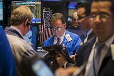 La Bourse de New York a terminé en hausse mercredi dans l'espoir que la Grèce échappe au défaut de paiement. Le Dow Jones a pris 0,37%, à 18.079,01 points. /Photo prise le 2 juin 2015/REUTERS/Lucas Jackson