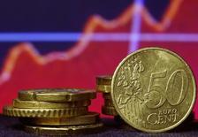 La Banque de France prévoit que la croissance de l'économie française atteigne 1,2% cette année et accélère à 1,8% l'an prochain puis à 1,9% en 2017. Le gouvernement table lui sur 1,0% en 2015, puis 1,5% en 2016 comme en 2017 dans le programme de stabilité 2015-2018 publié en avril. /Photo d'archievs/REUTERS/Dado Ruvic