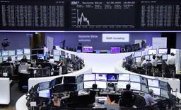 Operadores en sus puestos de trabajo en la bolsa de Fráncfort, 7 de mayo de 2015. Las bolsas europeas perdían terreno el jueves en momentos en que un fortalecimiento en los rendimientos de los bonos pesaba sobre el sector energético, cuyos grandes niveles de deuda los hacen particularmente sensibles a la inestabilidad en los mercados de crédito. REUTERS/Remote/Staff