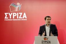 El primer ministro griego, Alexis Tsipras da un discurso durante un comité central del partido izquierdista Syriza, en Atenas, 23 de mayo de 2015. El partido Syriza del primer ministro de Grecia, Alexis Tsipras, se mostró furioso el jueves por los términos propuestos por los acreedores de la zona euro para un acuerdo de última hora que evite la quiebra del Gobierno, mientras el jefe del Eurogrupo expuso de nuevo las profundas diferencias entre las partes. REUTERS/Kostas Tsironis