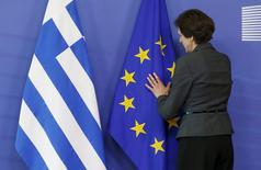 La Grèce a annoncé jeudi au Fonds monétaire international qu'elle reportait à la fin du mois un remboursement prévu vendredi, alors que les négociations avec l'Union européenne et le FMI continuent d'achopper sur la question politiquement sensible des retraites. /Photo prise le 3 juin 2015/REUTERS/François Lenoir
