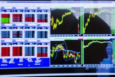 Экран с котировками на фондовой бирже в Нью-Йорке. 2 июня 2015 года. Фондовые рынки США снизились в четверг за счет долговых проблем Греции и накануне выхода отчета о занятости в США. REUTERS/Lucas Jackson