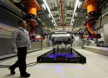 Un trabajador caminando dentro de una fábrica de ensamblaje del Audi A8 en Neckarsulm, cerca de Heilbronn, Alemania, 21 de mayo de 2015. Los pedidos industriales alemanes aumentaron más que lo previsto en abril gracias a un impulso ofrecido por una fuerte demanda externa, lo que sugiere que la producción podría crecer en la mayor economía de Europa. REUTERS/Michael Dalder