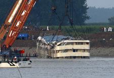Agentes do resgate trabalham para retirar um navio naufragado do rio Yangtzé, na região de Jianli, na China, nesta sexta-feira. 05/06/2015 REUTERS/Kim Kyung-Hoon
