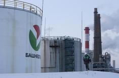 Рабочий на территории Башнефти под Уфой. 29 января 2015 года. Госкомпания Башнефть снизила чистую прибыль по МСФО в первом квартале 2015 года на 18 процентов до 11,39 миллиарда рублей, сообщила компания в понедельник. REUTERS/Sergei Karpukhin