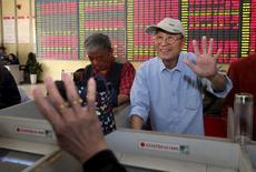 Инвесторы в брокерской конторе в Наньтуне в китайской провинции Цзянсу. 5 июня 2015 года. Азиатские фондовые рынки завершили торги понедельника разнонаправленно под влиянием отчета о занятости в США и местных новостей. REUTERS/Stringer