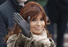 La presidenta de Argentina, Cristina Fernández, saluda durante una ceremonia en Moscú, 23 de abril de 2015. Argentina podría bajar nuevamente el Impuesto a las Ganancias antes de las elecciones presidenciales de octubre, dijeron a Reuters una fuente oficial y otra cercana al Gobierno, en medio de encendidos reclamos sindicales por una tasa que recorta los salarios altos y medios. REUTERS/Sergei Karpukhin