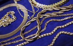 Золотые украшения в ювелирном магазине в Нью-Йорке 19 декабря 2013 года. Цены на золото растут за счет снижения курса доллара, пока инвесторы ждут от ФРС новых намеков на срок повышения процентных ставок. REUTERS/Mike Segar