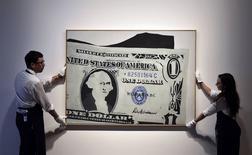 Obra de arte de Andy Warhol inspirada no dólar que será leiloada pela Sotheby's em Londres. 08/06/2015 REUTERS/Toby Melville