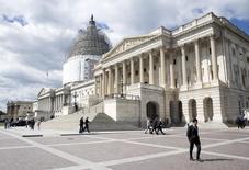 En la imagen de archivo, un hombre pasea frente al Capitolio en Washington, el 23 de abril de 2015. La Cámara de Representantes de Estados Unidos aprobó el martes un proyecto de ley que prohíbe de forma permanente que los estados del país cobren impuestos por el acceso a Internet, reemplazando una veda temporal de 17 años que había sido extendida en múltiples oportunidades y que expiraba el 1 de octubre. REUTERS/Joshua Roberts