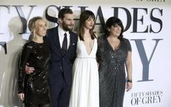 "Diretora Taylor-Johnson, atores Jamie Dornan e Dakota Johnson, e autora E. L. James na pré-estreia do filme ""50 Tons de Cinza"". 12/02/2015 REUTERS/Paul Hackett"