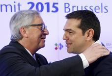 Le président de la Commission européenne, Jean-Claude Juncker, accueille le Premier ministre grec, Alexis Tsipras, venu participer au sommet entre l'UE et les pays d'Amérique latine et des Caraïbes. Pour la Commission européenne, les  dernières propositions de réformes de la Grèce pour obtenir une nouvelle aide financière ne correspondent pas à ce qui a été convenu il y a une semaine et la balle est clairement dans le camp du gouvernement grec. /Photo prise le 10 juin 2015/REUTERS/François Lenoir