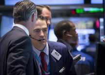 Трейдеры на торгах Нью-Йоркской фондовой биржи 5 июня 2015 года. Фондовые рынки США выросли в среду благодаря акциям финансовых и технологических компаний и надежде, что Греция сможет договориться с кредиторами. REUTERS/Brendan McDermid
