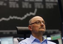 Трейдер на торгах фондовой биржи во Франкфурте-на-Майне 16 марта 2015 года. Европейские фондовые рынки растут за счет греческого рынка и акций автопроизводителей. REUTERS/Ralph Orlowski