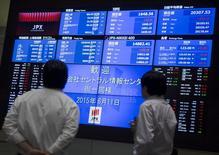 Hombres miran una pantalla que muestra los índices de mercado en el Bolsa de Tokyo, 11 de junio de 2015. Las bolsas de Asia subían el jueves, impulsadas por las ganancias en Wall Street, y el banco central de Corea del Sur redujo su tasa de interés a un mínimo histórico de un 1,50 por ciento para compensar el impacto potencial de un brote del Síndrome Respiratorio de Oriente Medio (MERS, por sus siglas en inglés). REUTERS/Thomas Peter
