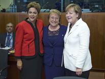 Presidente Dilma Rousseff posa para foto ao lado da presidente chilena, Michelle Bachelet (ao centro) e da chanceler alemã, Angela Merkel, durante abertura de cúpula em Bruxelas. 10/06/2015 REUTERS/Yves Herman