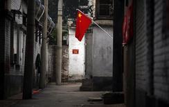Bandeira da China em uma viela, em Pequim. 01/07/2011 REUTERS/David Gray