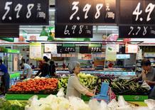 Clientes comprando vegetales en un supermercado en Hangzhou, provincia de Zhejiang, 9 de junio de 2015. La economía de China creció a un ritmo razonable en mayo, y algunos indicadores mostraron señales de recuperación, dijo el viernes un funcionario de alto rango de la Oficina Nacional de Estadísticas (NBS, por su sigla en inglés). REUTERS/Stringer