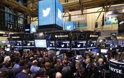 Twitter est l'une des valeurs à Wall Street après que le groupe internet a annoncé jeudi soir la démission de son directeur général Dick Costolo, en poste depuis six ans et qui paie ainsi le prix d'une croissance trop lente au goût des investisseurs. /Photo prise le 7 novembre 2013/REUTERS/Lucas Jackson